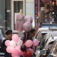 Vincent Cerutti sort de la radio Chérie FM avec les cadeaux qu'on lui a offert et les dépose chez lui avant de se rendre à l'hôpital pour rendre visite à sa compagne Hapsatou Sy et leur petite fille Abbie, le 23 septembre 2016.23/09/2016 - Paris