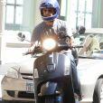 Jason Sudeikis, en scooter, rejoint sa compagne Olivia Wilde pour un déjeuner à New York, le 3 août 2016.