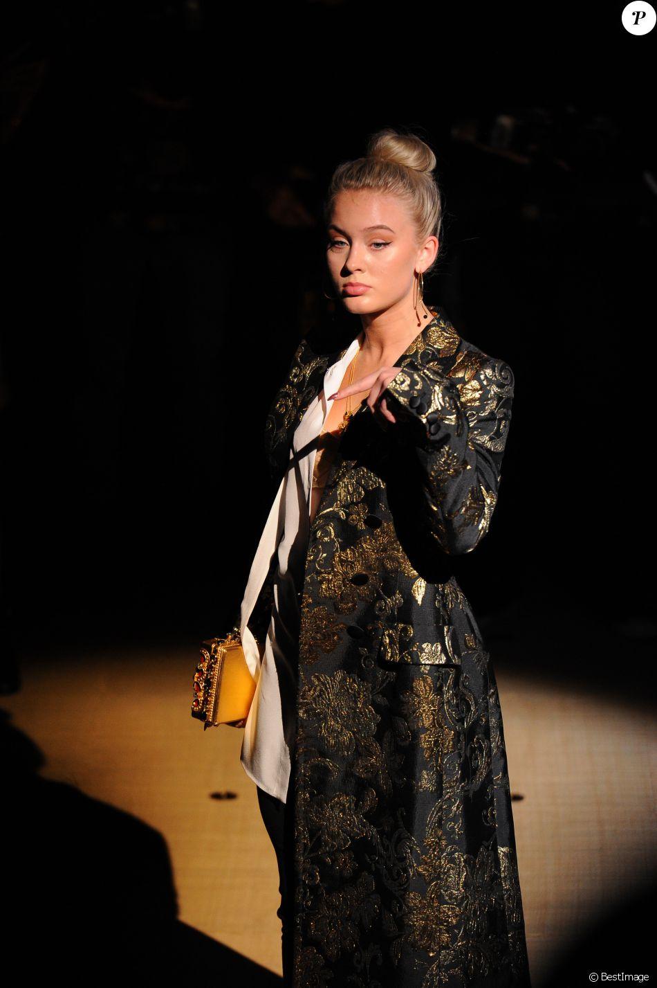 Zara Larsson - Défilé Dolce   Gabbana (collection prêt-à-porter  printemps-été 2017) à Milan. Le 25 septembre 2016. 34877a65cc21