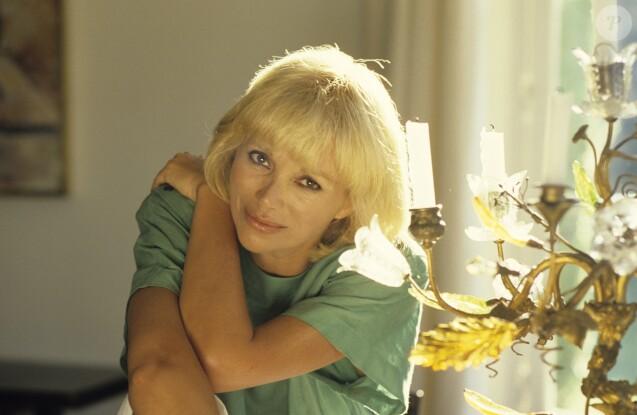 Mireille Darc sur la Côté d'Azur en 1985