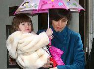PHOTOS : L'adorable Suri Cruise arbore fièrement son parapluie 'Dora'... et sa maman au super look !