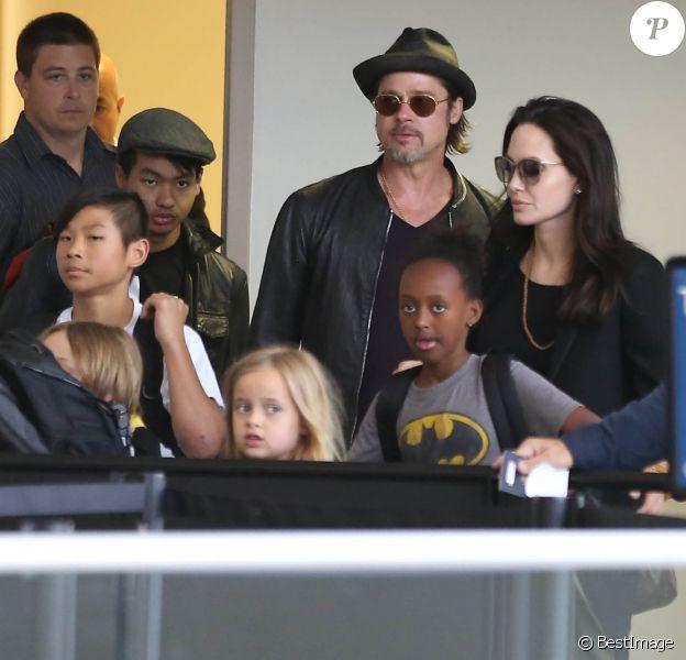Brad Pitt, sa femme Angelina Jolie et leurs enfants Maddox, Pax, Zahara, Shiloh, Vivienne et Knox prennent l'avion à l'aéroport de Los Angeles pour venir passer quelques jours dans leur propriété de Miraval, le 6 juin 2015.