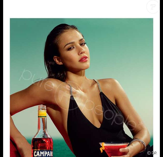Jessica Alba pose pour Campari