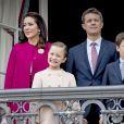 Le prince héritier Frederik et la princesse Mary de Danemark avec leurs enfants au balcon du palais à Copenhaguen, le 16 avril 2016.