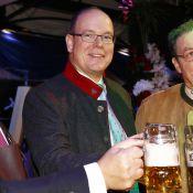 Le prince Albert décontracté pour célèbrer la bière à Monaco, sans Charlène