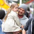Exclusif - PDavid Beckham sort déjeuner au restaurant Grainger & Co à Londres avec ses enfants Harper et Brooklyn. Les première images montrent que David Beckham n'est pas seulement une star du football ou de la mode. Il est un papa attentionné et câlin avec la jeune Harper. Il s'est aperçu que la petite a perdu une chaussure et la porte pour protéger son petit pied. Le 22 juin 2015