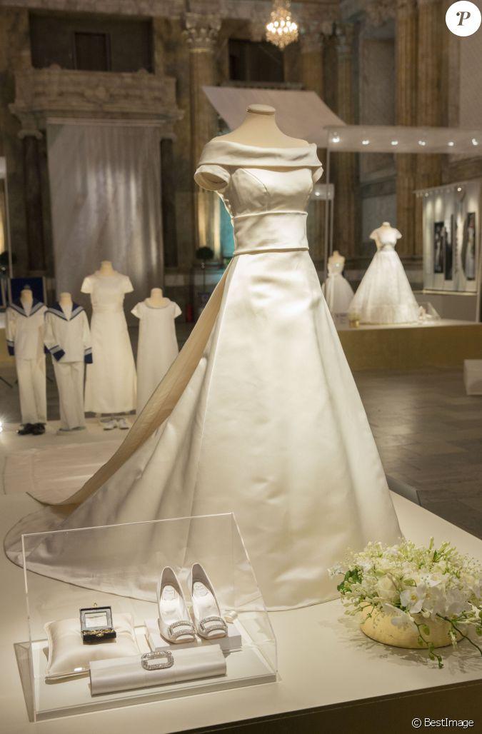 la robe de mari e et les accessoires de la princesse. Black Bedroom Furniture Sets. Home Design Ideas