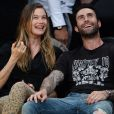 Adam Levine et Behati Prinsloo assistent au dernier match de Kobe Bryant en NBA au Staples Center de Los Angeles le 15 avril 2016.