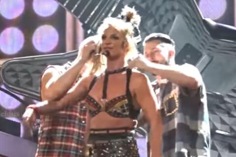 Britney Spears en difficulté : Quand la popstar perd son haut sur scène !