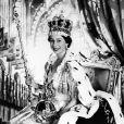 La reine Elisabeth II représentée le jour de son couronnement, le 2 juin 1953 en l'abbaye de Westminster.