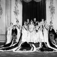 La reine Elisabeth II le jour de son couronnement, le 2 juin 1953, entourée au palais de Buckingham par la princesse Alexandra de Kent, le prince Michael de Kent, la duchesse de kent, la princesse Margaret, le duc de Gloucester, le duc d'Edimbourg, la reine mère, le duc de Kent, la princesse Mary, la princesse Anne, la duchesse de Gloucester, le prince William de Gloucester et le prince Richard de Gloucester.