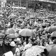 La foule dans les rues de Londres pour voir la reine Elisabeth II et son mari le prince Philip après la cérémonie du couronnement, le 2 juin 1953.