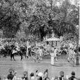 La reine Elisabeth II et son mari le prince Philip lors de la procession entre l'abbaye de Westminster et le palais de Buckingham après le couronnement, le 2 juin 1953.
