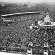 La place devant le palais de Buckingham noire de monde pour l'apparition de la reine Elisabeth II et son mari le prince Philip au balcon après la cérémonie du couronnement, le 2 juin 1953.
