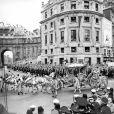 La reine Elizabeth II, avec son époux le duc d'Edimbourg, lors de la procession entre le palais de Buckingham et l'abbaye de Westminster le jour de son couronnement, le 2 juin 1953, à Londres.