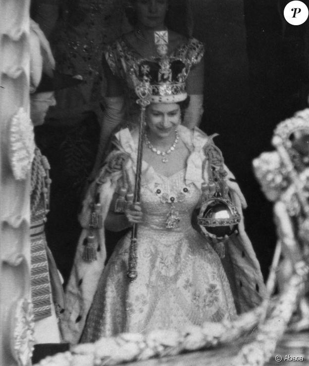 La reine Elisabeth II quitte l'abbaye de Westminster après la cérémonie de son couronnement le 2 juin 1953 à Londres.