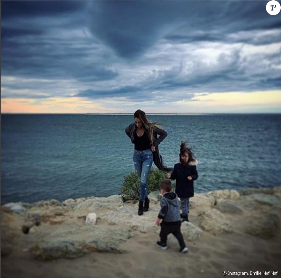 Emilie Nef Naf et ses enfants, Maëlla et Menzo, sur la dune du Pilat, à l'entrée du bassin d'Arcachon, en France, le 24 mars 2016.
