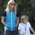 Exclusif - Gwyneth Paltrow aide ses enfants Moses et Apple a vendre de la limonade et des cookies pour le quartier de Pacific Palisades le 6 janvier 2014.