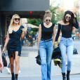 """Gigi Hadid, Kendall Jenner et Hailey Baldwin très souriantes à la sortie du restaurant """"The Smile"""" à New York, le 21 juin 2016."""