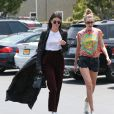 Les amies Kendall Jenner et Gigi Hadid font du shopping chez Fred Segal à West Hollywood, le 1er juin 2016
