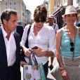 """Nicolas Sarkozy avec sa femme Carla Bruni-Sarkozy, et Maud Fontenoy sont dans les rues de Nice après avoir déjeuné au restaurant """"La Petite Maison"""" et avant de rencontrer les élus et les militants du parti Les Républicains au jardin Albert 1er le 19 juillet 2015."""