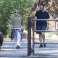 Ashley Olsen promène son chien avec Hayden Slater à Los Angeles le 17 octobre 2016.