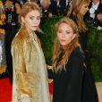 """Les jumelles Mary-Kate et Ashley Olsen à la soirée Costume Institute Benefit Gala 2016 (Met Ball) sur le thème de """"Manus x Machina"""" au Metropolitan Museum of Art à New York, le 2 mai 2016."""