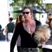 Mickey Rourke : Tatouages, pantalon déchiré et moulant, toutou dans les bras...