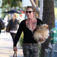 Exclusif - Mickey Rourke dans un look improbable se balade avec son chien dans Los Angeles, Californie, Etats-Unis, le 22 octobre 2016.