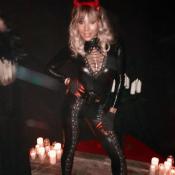 Cathy Guetta en latex et en lacets pour Halloween, avec ses enfants et ses amies
