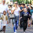 Heidi Klum fait du shopping au centre comercial The Grove avec ses parents Erna et Gunther et ses enfants Johan, Leni et Lou. Los Angeles, le 21 novembre 2015.