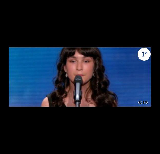 """Léa se qualifie pour la finale grâce à Gilbert Rozon - """"Incroyable Talent 2016"""" sur M6. Le 8 novembre 2016."""