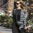Jessica Alba se promène en famille avec son mari Cash Warren et ses filles Honor et Haven dans les rues de West Hollywood, le 6 novembre 2016