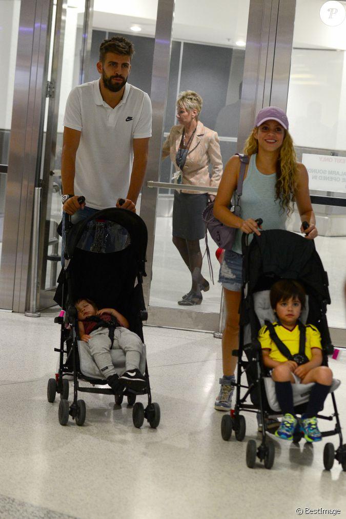 Shakira avec son mari gerard piqu et leurs enfants milan for H s bains sons