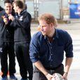 Le prince Harry visite le National Ice Center à Nottingham et partivipe à un entrainement avec les élèves de l'école, le 26 octobre 2016.