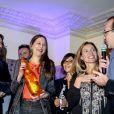 """La romancière Nina Yargekov a reçu le prix de Flore pour Double nationalité avec le président du jury Frédéric Beigbeder et Carole Chrétiennot - Le prix de Flore 2016 pour Nina Yargekov et sa """"Double nationalité"""" au Café de Flore à Paris, France, le 8 novembre 2016."""