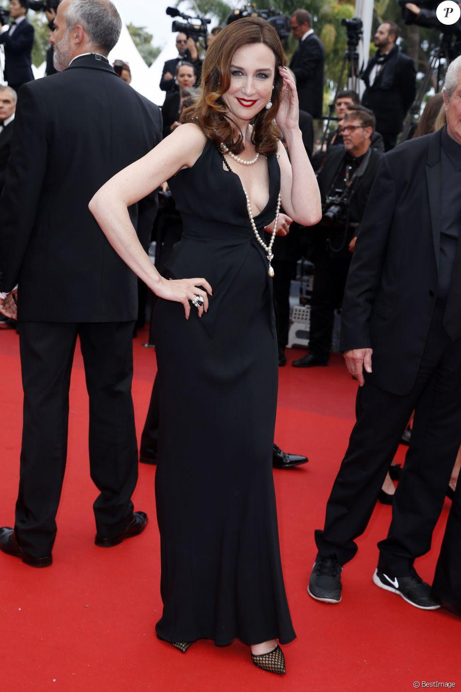 """Elsa Zylberstein lors de la montée des marches du film """"The BFG"""" (""""Le BGG Le Bon Gros Géant"""") lors du 69ème Festival International du Film de Cannes, le 14 mai 2016."""