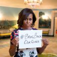 Michelle Obama a posé avec un air grave montrant un message en faveur de la libération des adolescentes retenues en otage au Nigéria. Les 200 lycéennes seraient détenues depuis 3 semaines après l'organisation terroriste Boko Haram. La photo a été postée sur twitter. 07/05/2014 - Washington