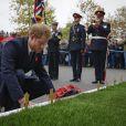 Le prince Harry dépose une gerbe commémorative avant d'assister au match de rugby d'automne entre l'Angleterre et l'Afrique du Sud au stade Twickenham à Londres, le 12 novembre 2016.
