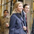 Ivanka Trump, souriante, et son mari Jared Kushner quittent leur appartement pour se rendre à la Trump Tower à New York le 9 novembre 2016