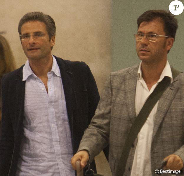 Le prêtre polonais Krzysztof Olaf Charamsa (à gauche) et son compagnon Eduardo Planas arrivent à Barcelone en Espagne le 5 octobre 2015.