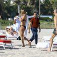 Natasha Poly profite d'une journée ensoleillée avec des amis sur la plage de Miami, le 29 novembre 2016.