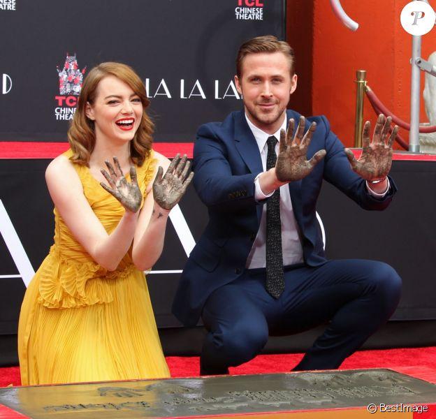 Ryan Gosling et Emma Stone laissent leurs empreintes sur le ciment lors d'une cérémonie en l'honneur du film 'La La Land' au TCL Chinese Theatre à Hollywood, le 7 décembre 2016.