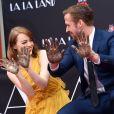 Ryan Gosling et Emma Stone, très complices, laissent leurs empreintes sur le ciment lors d'une cérémonie en l'honneur du film 'La La Land' au TCL Chinese Theatre à Hollywood, le 7 décembre 2016.
