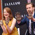Ryan Gosling et Emma Stone laissent leurs empreintes sur le ciment lors d'une cérémonie en l'honneur du film 'La La Land' au TCL Chinese Theatre à Hollywood, le 7 décembre 2016