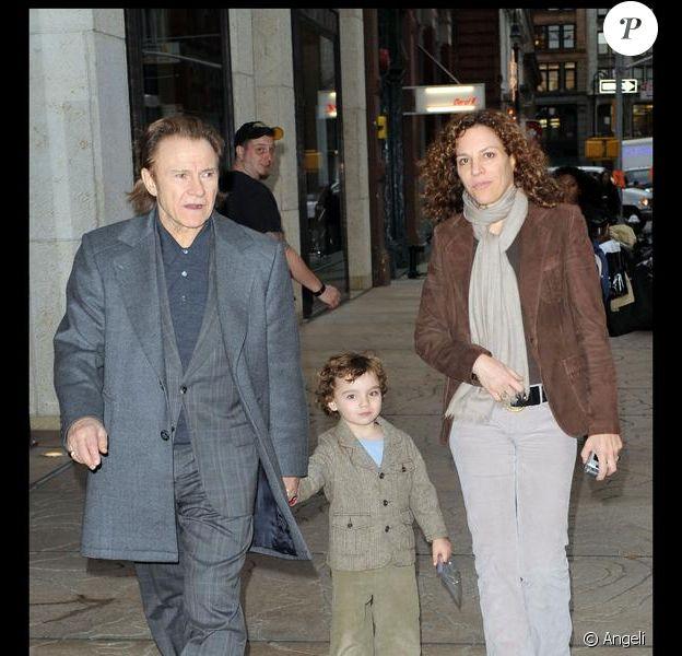 Harvey Keitel, sa femme et son fils sur le tournage de Life on Mars à New York