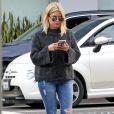 Exclusif - Ashley Benson se balade dans les rues de Beverly Hills. Elle porte des mules en cuir Gucci doublées de fourrure! Le 9 décembre 2016