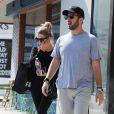 Ashley Benson ('Pretty Little Liars') fait du shopping avec un ami dans les rues de West Hollywood, le 30 août 2016