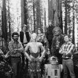 """George Lucas, Richard Marquand et l'équipe du film """"Star Wars, épisode VI : Le Retour du Jedi"""" : Harrison Ford (Han Solo), Anthony Daniels (C3PO), Carrie Fisher (Princess Leia), Mark Hamill (Luke Skywalker), Kenny Baker (R2D2) et Peter Mayhew (Chewbacca) le 10 mai 1983. © Twentieth Century Fox/ZUMAPRESS.com/Bestimage"""