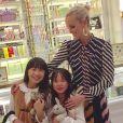 Quelques jours avant Noël, visite chez Ladurée pour Laeticia Hallyday et ses filles à Los Angeles, décembre 2016.